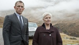 Craig gör rollen som 007 för tredje gången. Judi Dench för sjunde och sista gången.