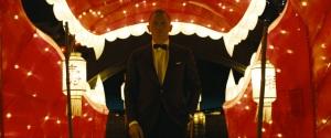 Filmens kanske snyggaste scen. 007 på väg till ett casino ackompanjerad av filmens titellåt.